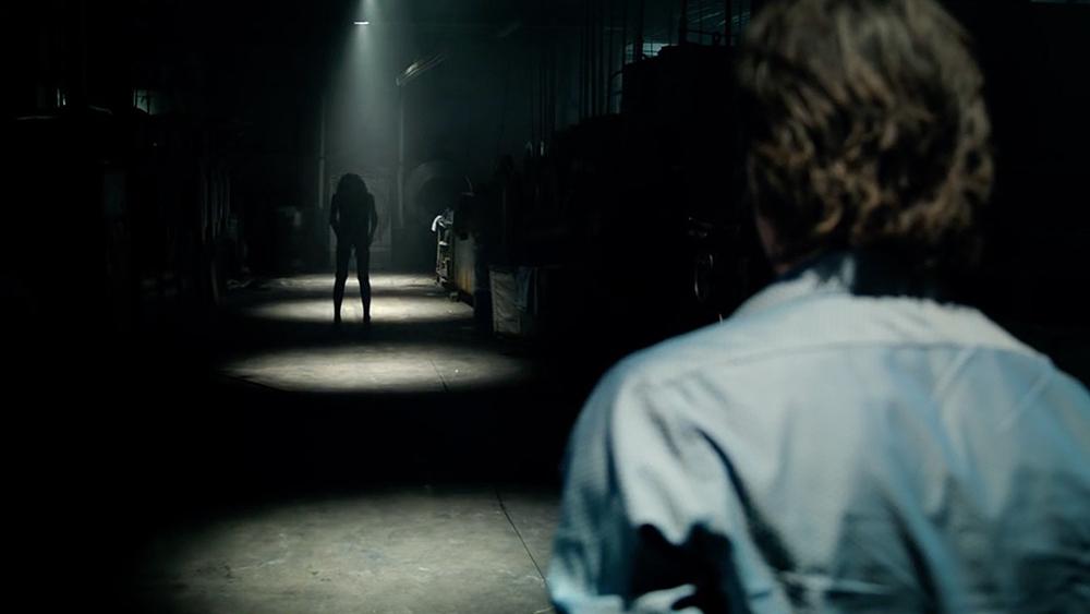 Scena tratta da Lights Out: Terrore nel Buio
