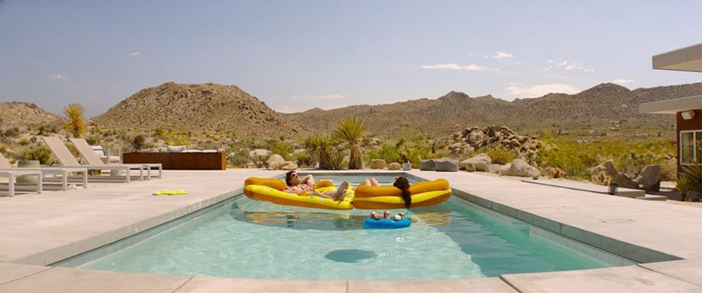 Scena tratta da Palm Springs - Vivi Come se Non ci Fosse un Domani