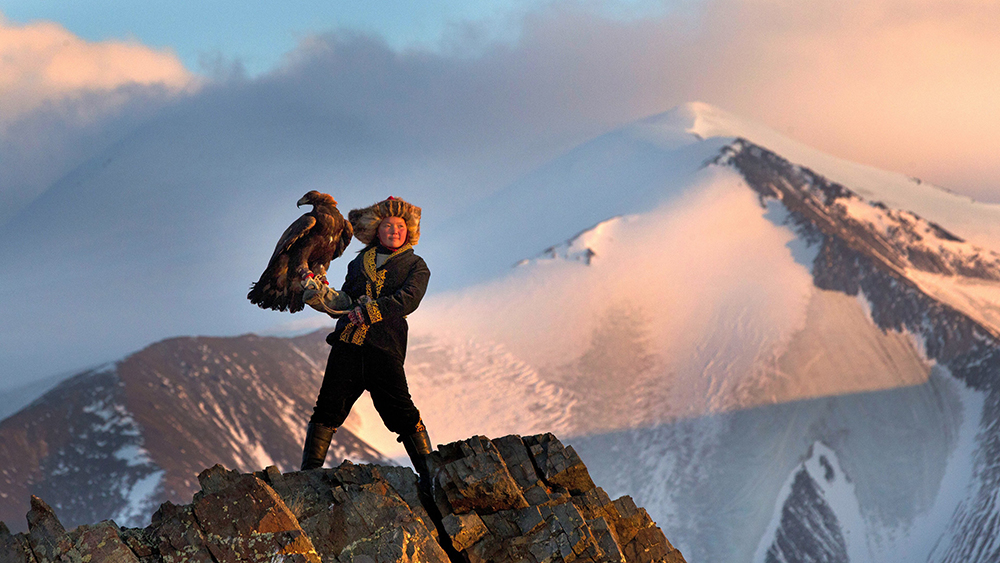Scena tratta da The Eagle Huntress